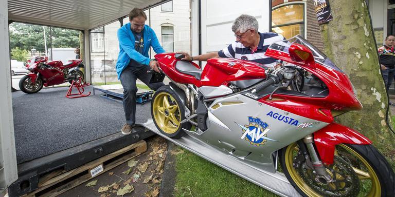 De te veilen motoren worden tentoongesteld. FOTO MARCEL JURIAN DE JONG