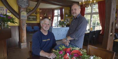 Andre Possel en Roelof Beuker in hun nieuwe Herberg De Boschrand. foto