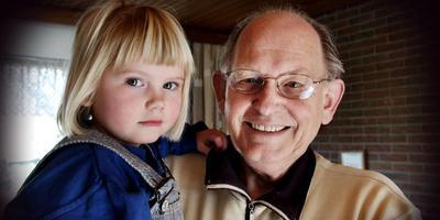Charles Bolsenbroek in 2003, met zijn toen 4-jarige kleindochter Jolien Hamelink. Foto: Archief DVHN/Wladimir van der Burgh