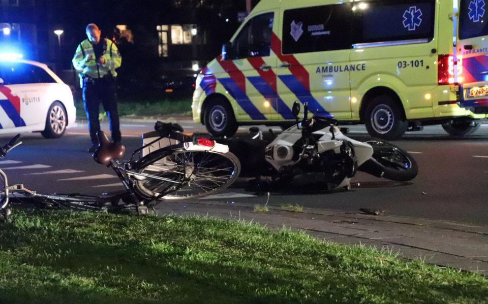 Botsing tussen fietser en motorrijder in Assen: twee gewonden.