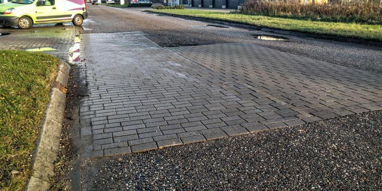 De gemeente Emmen heeft met beperkte middelen enig lapwerk verricht hier en daar. EIGEN FOTO