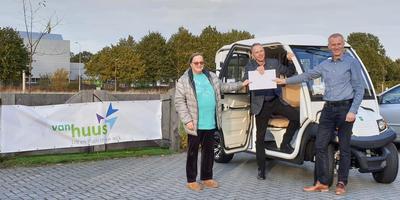 Het bestuur van Van Huus voor een 'elektro-taxi'. Vlnr: Lia Kaptein, Marcel Ederveen en Martin Kooi. EIGEN FOTO