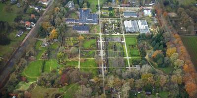 De voormalige tuinbouwschool met de bijbehorende tuinen en kassen. Foto DvhN