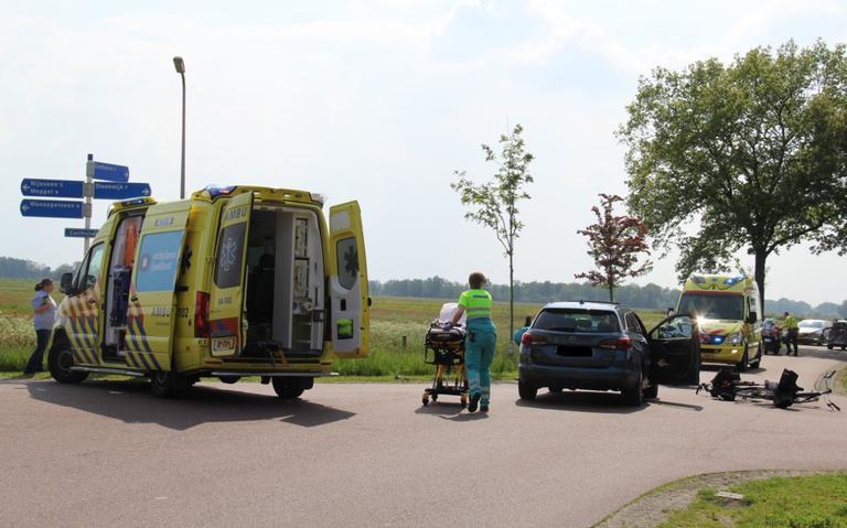Twee fietsers gewond bij botsing met auto bij Wanneperveen.