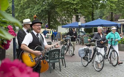 The Great Borrelnootjes voorzagen de fietsers in Dalen gisteren van vrolijke deuntjes. Foto Jan Anninga