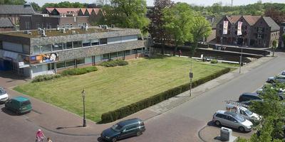 De notaristuin in Coevorden met daarachter de Rabobank, waar het nieuwe complex moet komen. FOTO ARCHIEF JAN ANNINGA