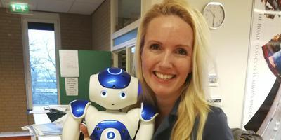 Linda Meijer met robot Zora.