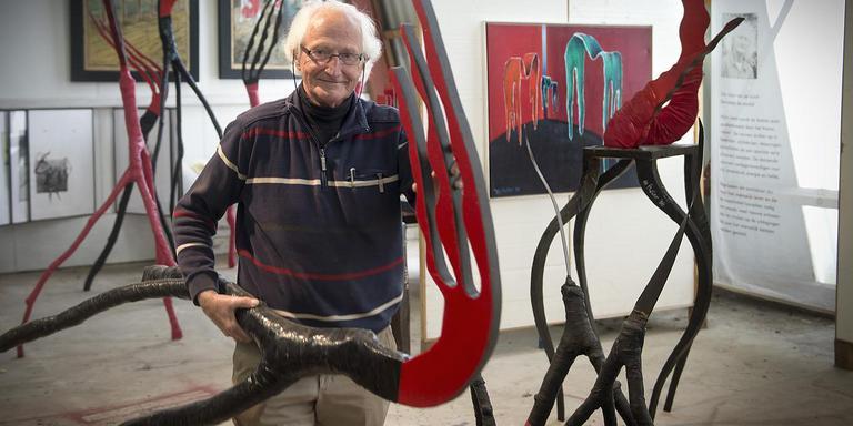 Adri de Fluiter in zijn atelier in Sleen. Archieffoto Jan Anninga