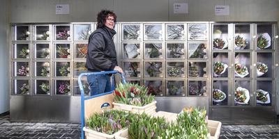Yvonne Vos bij de tulpenautomatiek in betere tijden. Foto Marcel Jurian de Jong