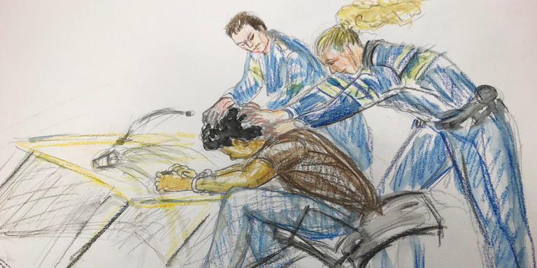 Admilson R. pakte bij een rechtszaak eerder dit jaar iets scherps uit zijn zak. De politie greep in. (tekening: Annet Zuurveen/DvhN)