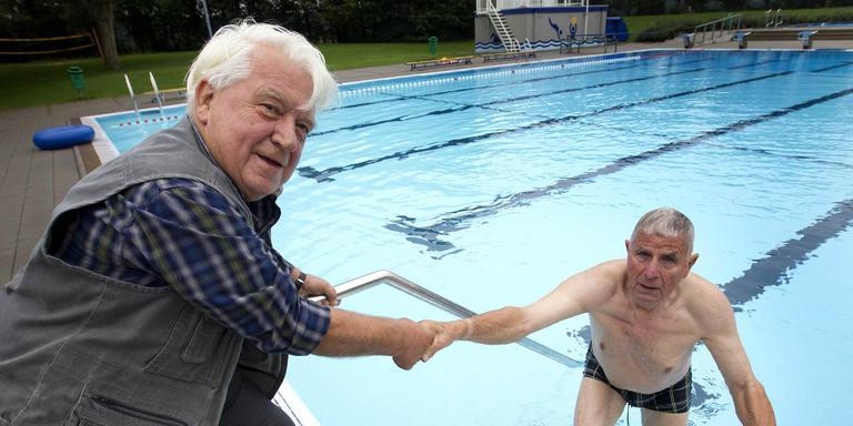 Bartho Fidder (rechts) zwemt al vijftig jaar in het zwembad in Annen. Vriend Henk Mulder waagt zich niet meer aan het koude water. Wel zocht hij de historie van de bouw van het zwembad uit. Foto Harry Tielman