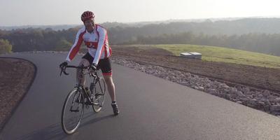 Verslaggever Willem Dekker probeert op zijn racefiets als een van de eersten de Col du VAM te bedwingen.
