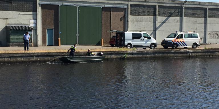 De politie zoekt in het kanaal naar sporen in de zaak van de moord op Marcel Hoogerbrugge. Er is een metalen rek overboord gezet dat over de bodem sleept. Foto: DvhN