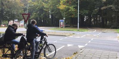 De oversteekplaats bij de Zuidlaarderweg, die dankzij de rotonde veiliger wordt. Foto DvhN