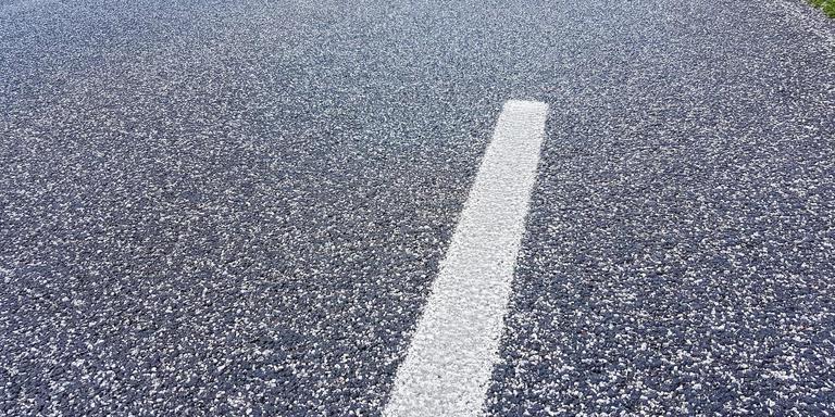 De Europaweg tussen Nieuw-Schoonebeek en de Duitse grens krijgt de komende maanden nieuw asfalt. Foto DvhN