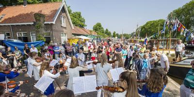 Gezellige drukte bij de winkels en restaurants rond de sluis bij Dieverbrug tijdens de Sluisdagen, in mei. FOTO ARCHIEF DVHN