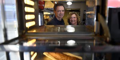 Boelie Carabain en zijn vrouw Carla Carabain-Seidel in hun cafetaria. Foto Boudewijn Benting