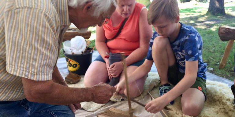 Ernest Mols instrueert Kjell hoe een vuurboog werkt. Zijn moeder kijkt toe. Foto: DvhN
