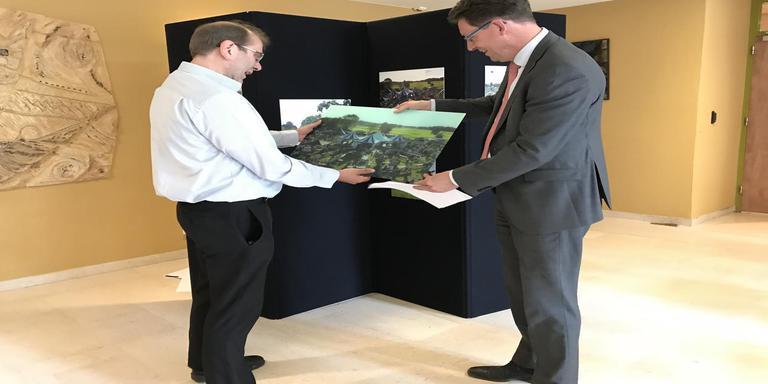 Burgemeester Roger de Groot overhandigt de winnende foto op glas aan winnaar Ronald Verhoog. Foto DvhN
