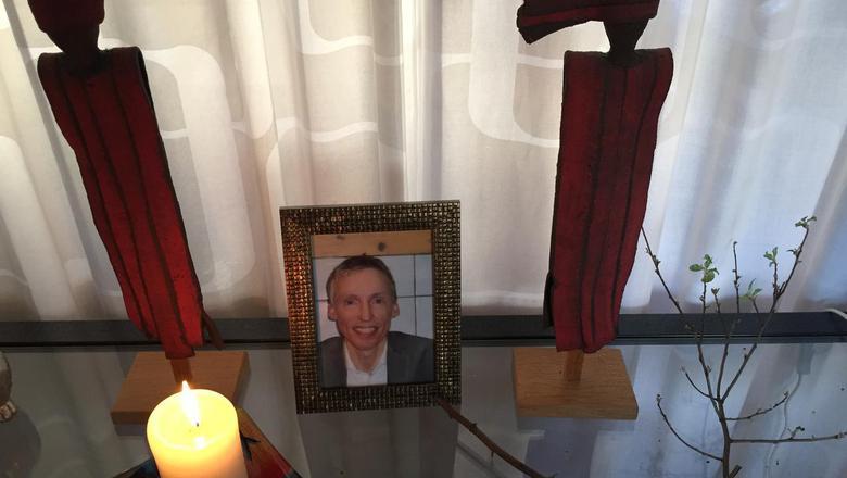 De ouders van Rinke Terpstra, die omkwam bij de aanslag in Utrecht, hebben in hun woonkamer voor hun zoon een altaartje gemaakt. Foto: DvhN