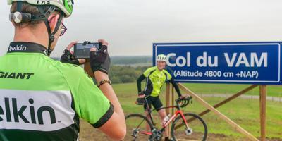 Poseren voor het Col du VAM-bord. Foto: DVHN