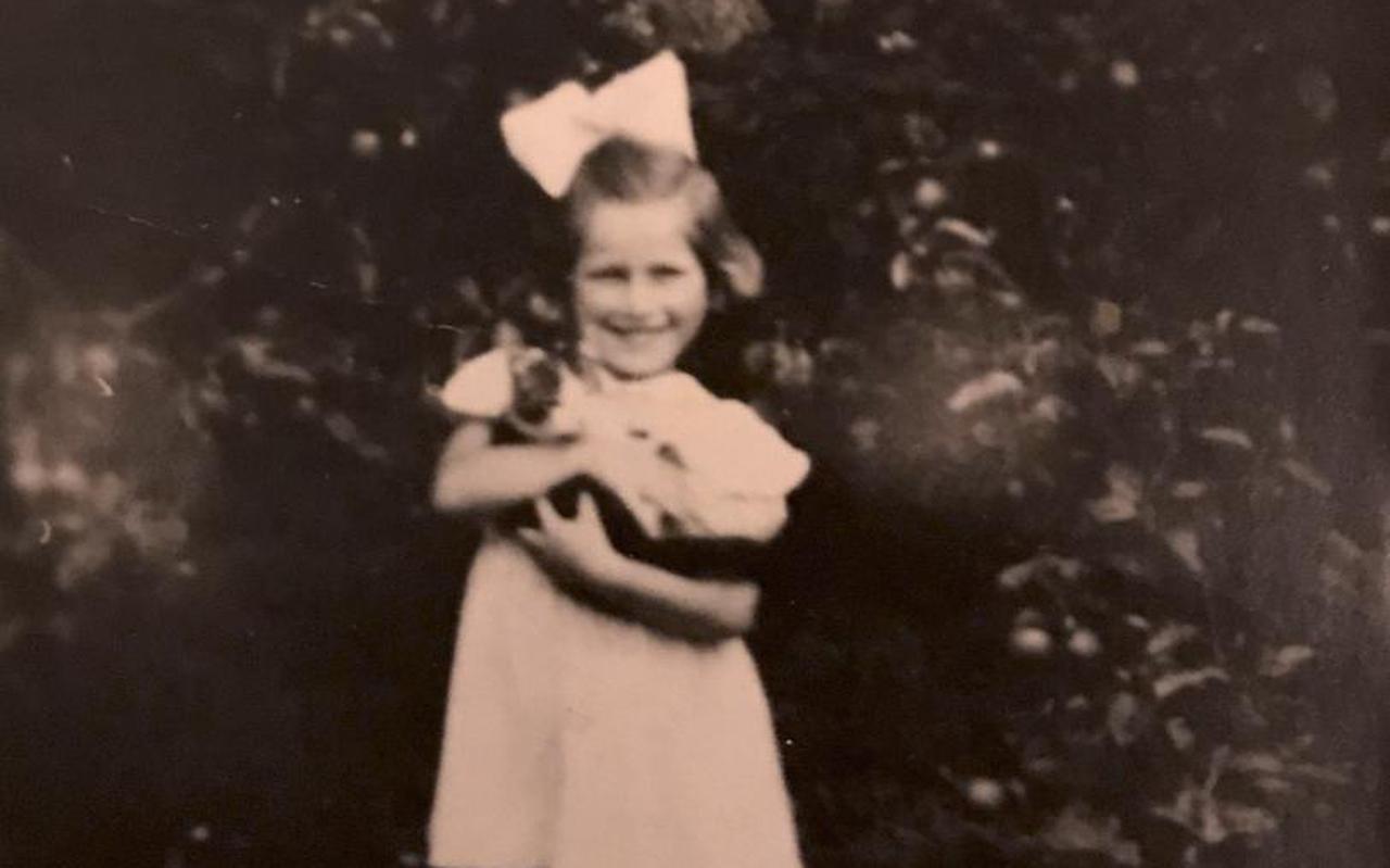 De wat onscherpe foto van Hanna Blein, een lachend kind met een strik in haar haar.