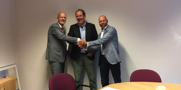 Koen Ronner van de Rabobank, wethouder Freek Buijtelaar en Marten van Vliet van de Coöperatie Breedband Borger-Odoorn (vlnr) schudden elkaar de hand.