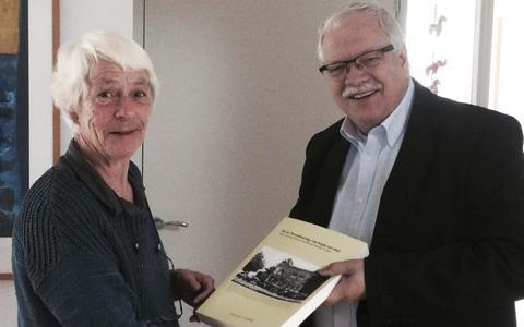 Jenneke Been neemt het boek van Henrie Wittendorp in ontvangst. Haar vader speelt daar een prominente rol in. FOTO DVHN