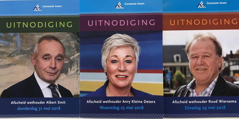 Drie verschillende uitnodigingen voor het afscheid van drie wethouders. Foto DvhN