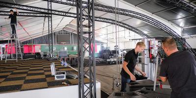 Met zeker honderd man wordt gewerkt aan de inrichting van de 66ste Noorder Expo in Roden, die vrijdag opent.