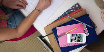 Een smartphone kan veel gevoelige informatie bevatten en is daarom een potentieel risico voor een datalek. Foto ANP