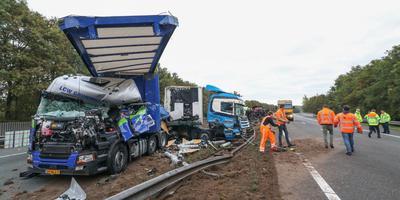 Een groot deel van de vangrail van de A28 bij Assen raakte vrijdagochtend beschadigd. Foto: De Vries Media