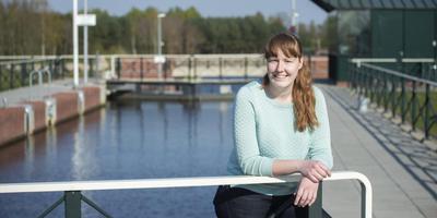 Marianne Bakker bij de Koppelsluis in Nieuw-Dordrecht. Foto: Marcel van Kammen