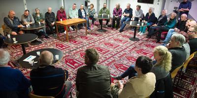 In een grote kring gingen de bezoekers van Moskee El Moslimien in Assen het gesprek aan met het aanwezige moskeebestuur en elkaar. Foto: Hilbrand Dijkhuizen