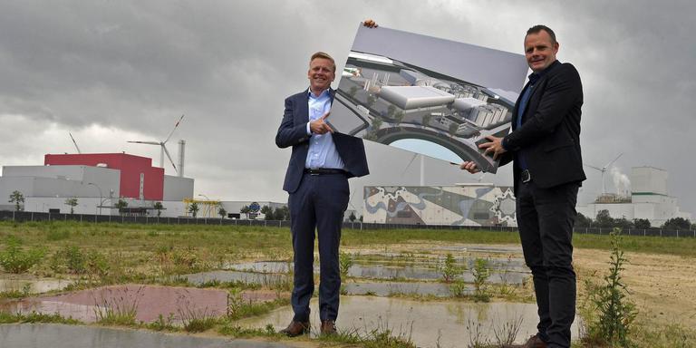Eric Ruhe (rechts) en Frank Berendsen met het ontwerp voor de nieuwe biovergister. Foto Boudewijn Benting