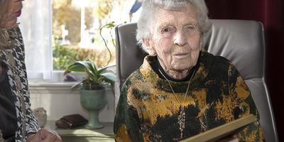 Geesje Stadman kreeg van burgemeester Damsma (links nog net te zien) een kopie van haar geboorteakte. Foto: Jan Anninga