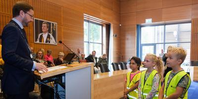 De kersverse 'politiekids' van Meppel leggen de eed af voor burgemeester Richard Korteland. Foto Gerrit Boer