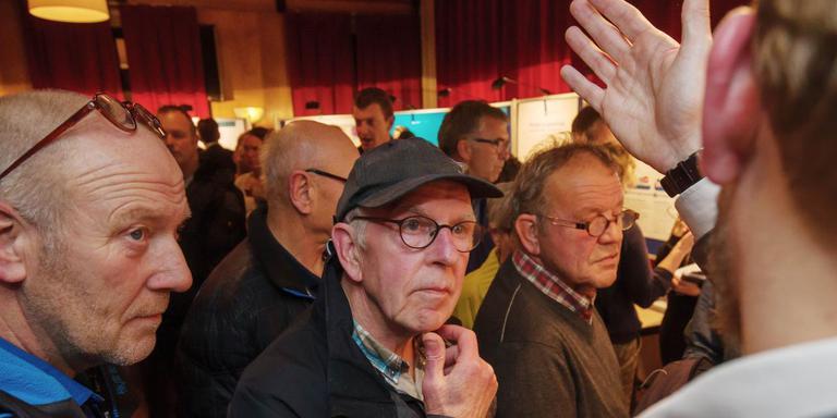 Drukte tijdens de bewonersavond over de gaswinning in het dorpshuis in Wilhelminaoord, eind november. FOTO ARCHIEF DVHN