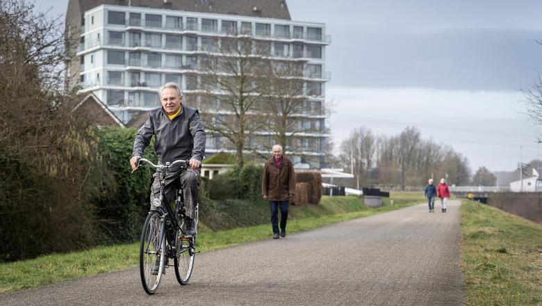 Siemen de Jong fietst over het pad waarover nu ook speed pedelecs mogen. Achter hem wandelt Jaap Jedema. Foto: Jaspar Moulijn