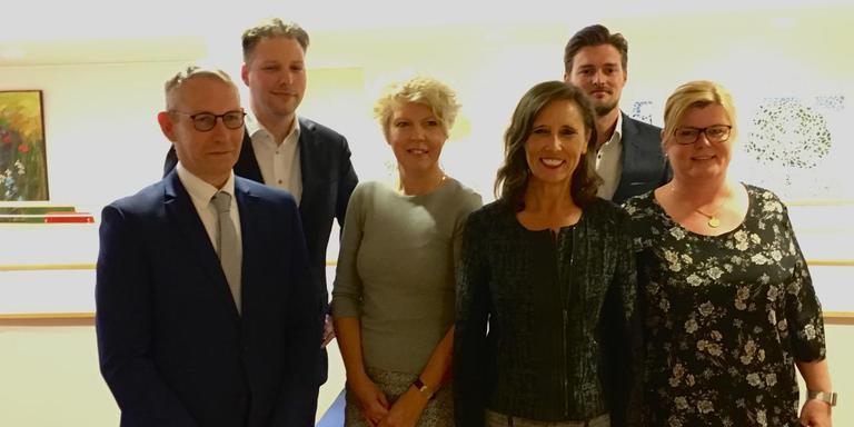 Het nieuwe college van Midden-Drenthe. Jan Schipper, Dennis Bouwman, gemeentesecretaris Aline Pruntel, burgemeester Mieke Damsma, Erjen Derks en Anique Snijders.