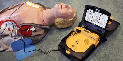 Zo ziet een Automatische Externe Defibrillator (AED) eruit. FOTO ARCHIEF DVHN