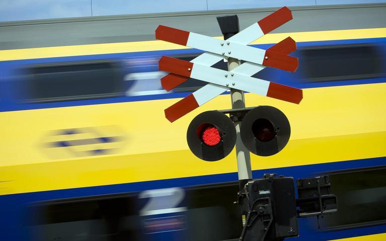 Trein- en autoverkeer Leeuwarden-Hurdegaryp ontregeld na aanrijding.