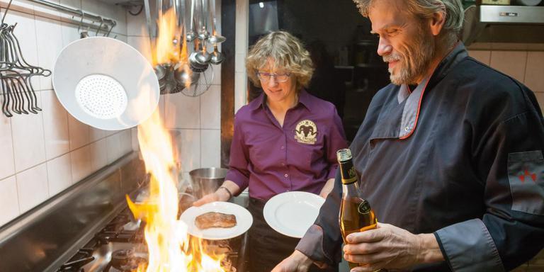 Roelie Knorren en Henk Sikkens in hun glutenvrije restaurant De Steakerij in Zuidveld. Foto Gerrit Boer