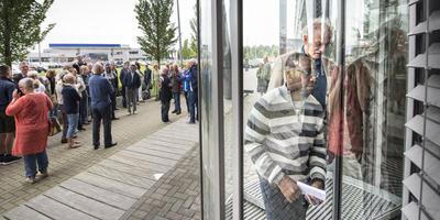 Raadslid Luc Rengers (PvdA) gaat met Darlington het politiebureau in Assen binnen om een stempel te halen. FOTO MARCEL JURIAN DE JONG