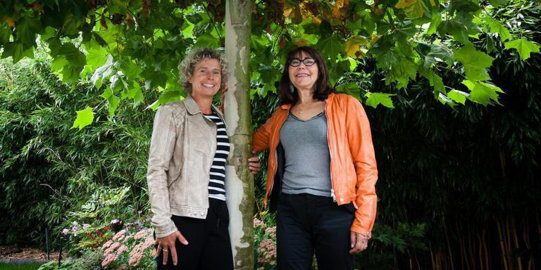 Fysiotherapeut Monique Uneken (l) en psychologe Ron Julia Root geven met steun van de gemeente Westerveld workshops. FOTO GERRIT BOER