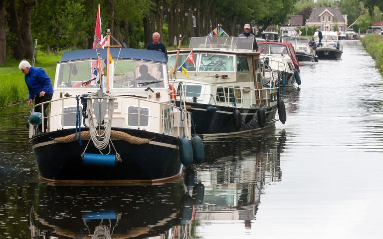 Konvooi 'Doerakken' keuvelt naar Musselkanaal