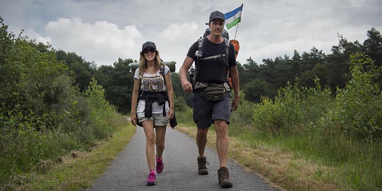 Cecilia Lagos en Chris Slappendel wandelen voor de dieren. FOTO JASPAR MOULIJN