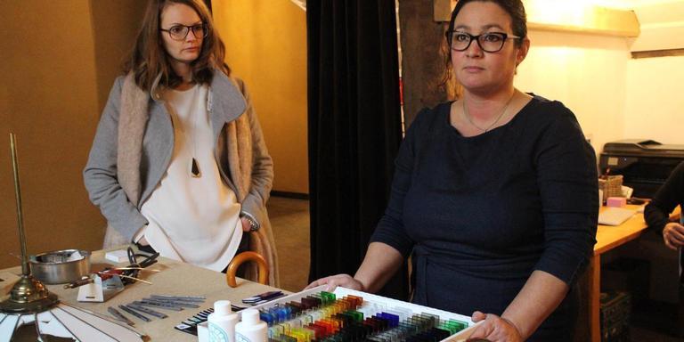 Glazenier Kirsten Alferink Cramer (rechts) is blij met de komst van een Ambachtsmakelaar.