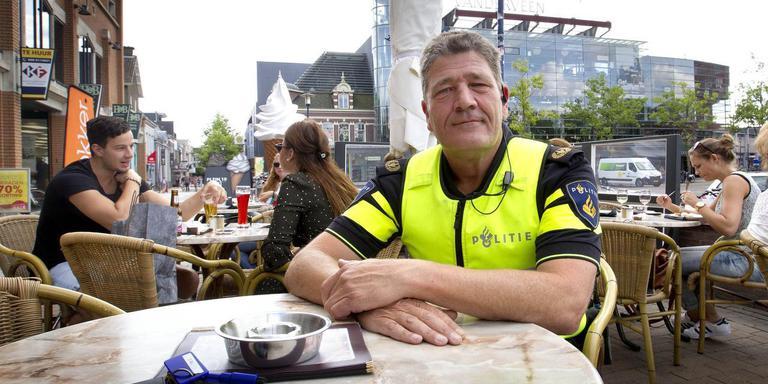 Wijkagent Henk Thijs hield al eerder spreekuur op een bijzondere plek. Foto: Archief Harry Tielman
