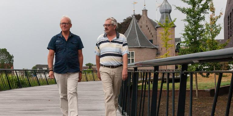 Folkert Sinnema (links) en Herman Woltersom lopen langs de Weeshuisweide, toneel van de tweede Garnizoensdag.